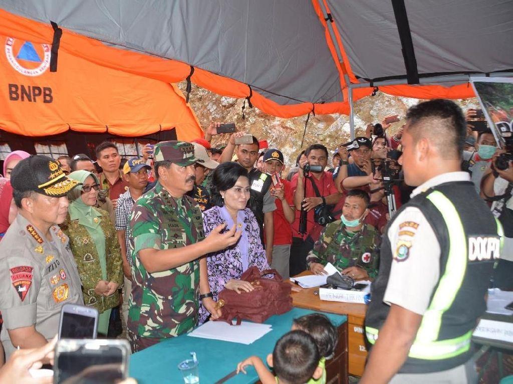 Dalam kesempatan tersebut,Panglima TNI menyampaikan kepada Tim SAR bahwa semua tempat-tempat pengungsian dan sarana lainnya harus dalam kondisi layak dan nyaman untuk dapat digunakan oleh masyarakat yang terdampak bencana.