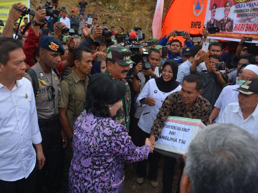 Dalam kesempatan tersebut Panglima TNI, Kapolri bersama Kepala Basarnas dan rombongan menuju ke Posko pengungsian meninjau langsung dan berdialog dengan masyarakat yang terdampak bencana banjir serta meninjau jembatan Asera yang menghubungkan trans Sulawesi.