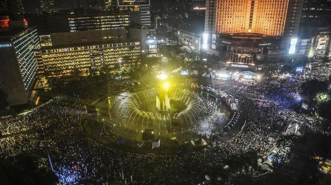 Ribuan warga memadati kawasan Bundaran Hotel Indonesia yang menjadi salah satu titik perayaan HUT ke-492 DKI Jakarta, Sabtu (22/6/2019). (ANTARA FOTO/Hafidz Mubarak A/wsj).