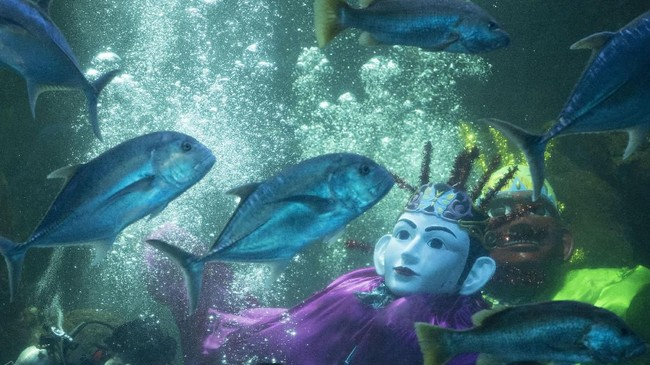 Penyelam mempertunjukkan Ondel-Ondel di dalam akuarium utama Seaworld, Ancol Taman Impian, Jakarta, Sabtu (22/6/2019). Pertunjukan tersebut digelar dalam rangka merayakan HUT ke-492 Jakarta. (ANTARA FOTO/Hafidz Mubarak A/wsj)
