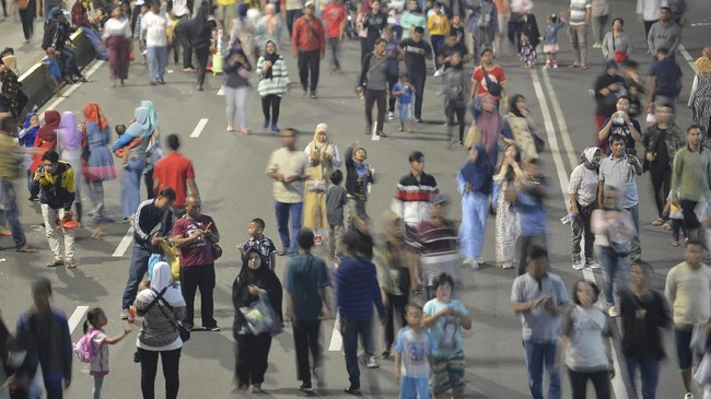 Warga berjalan kaki di Jalan MH Thamrin menuju Bundaran Hotel Indonesia (HI) yang lengang akibat diterapkannya rekayasa lalu lintas di Jakarta, Sabtu (22/6/2019). Pemprov DKI Jakarta menggelar puncak perayaan HUT ke-492 DKI Jakarta (Jakarta Night Festival) yang berpusat di Bundaran HI. (ANTARA FOTO/Nova Wahyudi/wsj).