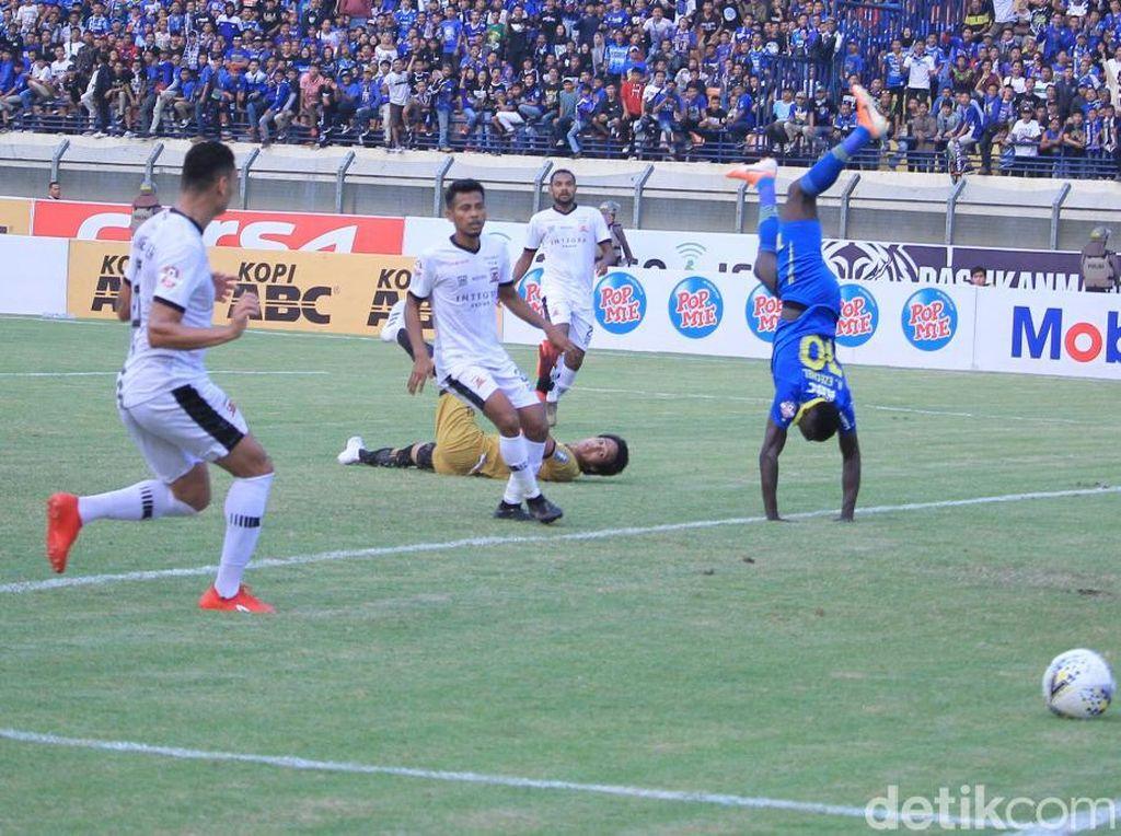 Penjaga gawang Madura United, M Ridho, gagal mengantisipasi tembakan Ezechiel. Persib pun unggul 1-0 atas Madura United.