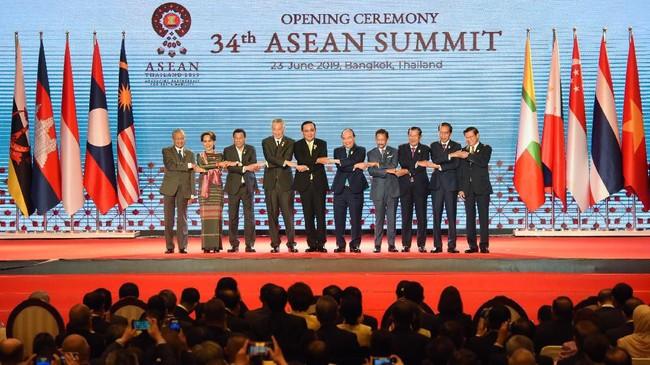 Dalam KTT tersebut, Jokowi mendorong anggota ASEAN untuk tetap bersatu dalam menyikapi situasi dunia serta perkembangan global yang sangat dinamis, dan mempengaruhi kawasan Asia Tenggara. (Photo by TANG CHHIN Sothy / AFP)