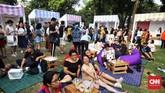 Para pengunjung dapat merasakan suasana seperti piknik di ruang terbuka kota sambil berbelanja dan menikmati aneka makanan dan jajanan.(CNN Indonesia/Hesti Rika)