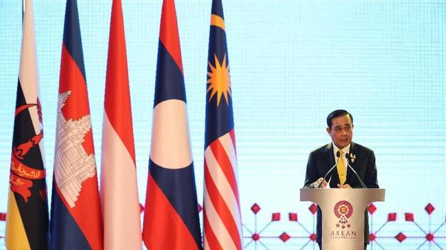 Konferensi Tingkat Tinggi (KTT) ke-34 ASEAN dibuka di Bangkok, Thailand pada Sabtu (22/6) kemarin. Presiden Joko Widodo turut hadir dalam pertemuan itu. (Photo by TANG CHHIN Sothy / AFP)