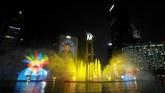 Warna-warni cahaya diBundaran Hotel Indonesia saat perayaan HUT ke-492 DKI Jakarta, Sabtu (22/6/2019). (REUTERS/Willy Kurniawan)