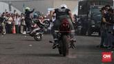 Ratusan orang meramaikan Festival Damai Millenial Road Safety yang diadakan di Monas. Jakarta, Minggu 23 Juni 2019. Berbagai Atraksi seperti Bom Asap, ketangkasan bermotor dan terjun payung ikut mewarnai Festival Damai. (CNN Indonesia/Andry Novelino)