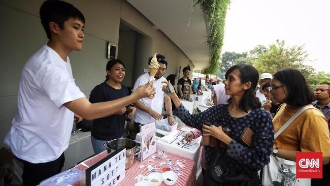 Terdapat beberapa macam booth makanan, garage sale dan terdapat panggung yang menghibur pengunjung. (CNN Indonesia/Hesti Rika)