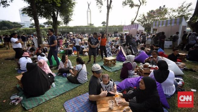 Pemprov DKI Jakarta berkolaborasi dengan sejumlah komunitas kreatif menggelar bazar berkonsep piknik di Lapangan Banteng, Jakarta Pusat. (CNN Indonesia/Hesti Rika)