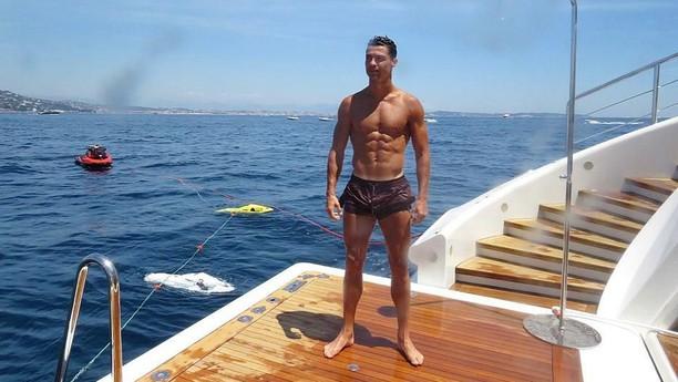 Dari Lapangan Hijau, Ronaldo ke Laut yang Biru