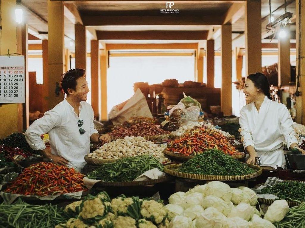 Menikah dengan pria berkebangsaan Malaysia, Whulan kini tinggal di negeri jiran. Salah satu kesamaan mereka terungkap dari foto ini. Salah satu nya adalah cabe merah yang pedas, Sesederhana itu❤️ Alhamdulillah, tulis Whulan. Foto: Instagram whulandary