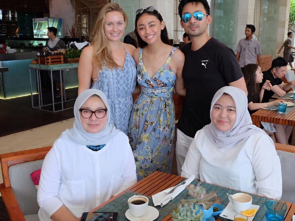 Perempuan yang akrab disapa Uni ini sedang liburan ke Bali. Sarapan bersama keluarga pun jadi agenda yang seru. Foto: Instagram whulandary