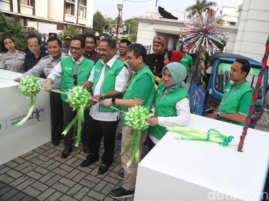 Menteri Pariwisata Arief Yahya hadir dalam peluncuran GrabBajay di kawasan Museum BI, Kota Tua, Jakarta, Senin (24/6).