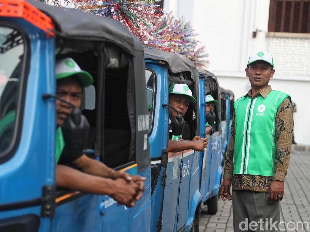 Layanan bajaj online ini dihadirkan oleh perusahaan ride hailing asal Singapura, Grab. Layanan bernama GrabBajay ini resmi diluncurkan dan tersedia bagi warga Jakarta, khususnya Jakarta Pusat.