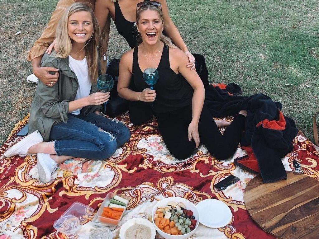 Piknik seru di taman jadi agenda kulineran Tegan. Bersama 3 orang temannya, mereka asyik pose sebelum menyantap bekal makanan. Foto: instagram @tegan.martin