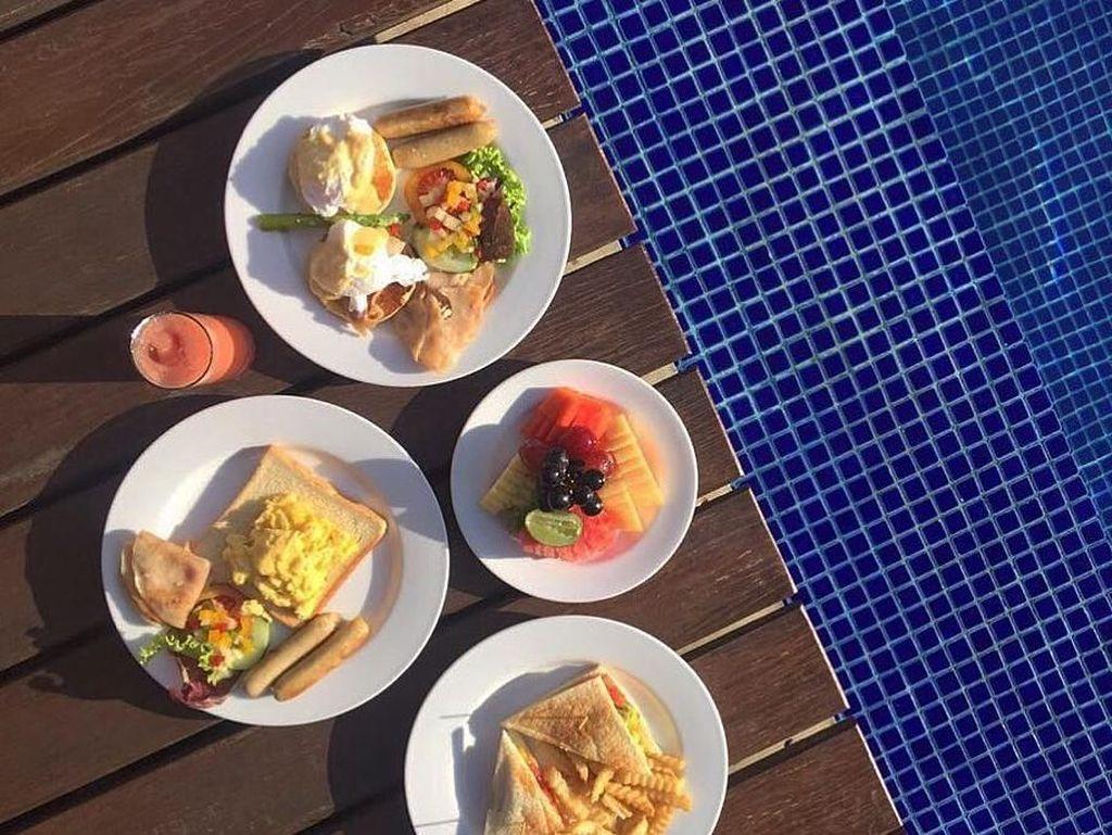 Saat di Bali, perempuan berdarah Minang ini sarapan dengan menu Barat di pinggir kolam renang. Ada roti, telur, sosis, kentang goreng, hingga buah segar yang jadi pilihan Whulan. Foto: Instagram whulandary
