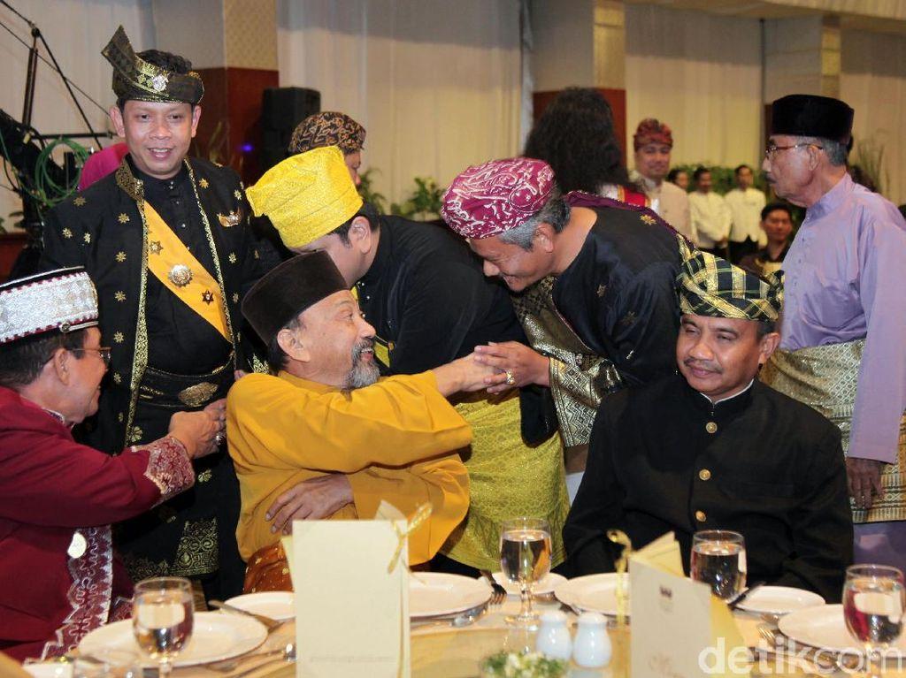 Para raja dan sultan yang hadir di pertemuan ini tampil dengan pakaian tradisional daerah masing-masing.