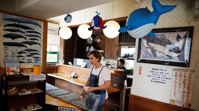Restoran P-man di Minamiboso, timur Tokyo, Jepang.Setelah hampir 30 tahun, Jepang memutuskan untuk melepas keanggotaannya di International Whaling Commission (IWC) pada Desember kemarin. Jepang akan meneruskan perburuan paus untuk komersil pada 1 Juli 2019. (REUTERS/Issei Kato)