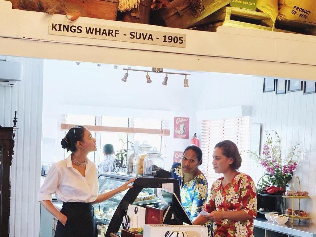 Di restaurant ini kita bisa menemukan masakan Indonesia yaitu Rendang, Ayo tunjuk tangan siapa yang setuju kalau Rendang makanan asli ranah minang yang mendunia?, tulis Whulan. Kala itu ia tengah mampir ke restoran di Fiji. Foto: Instagram whulandary