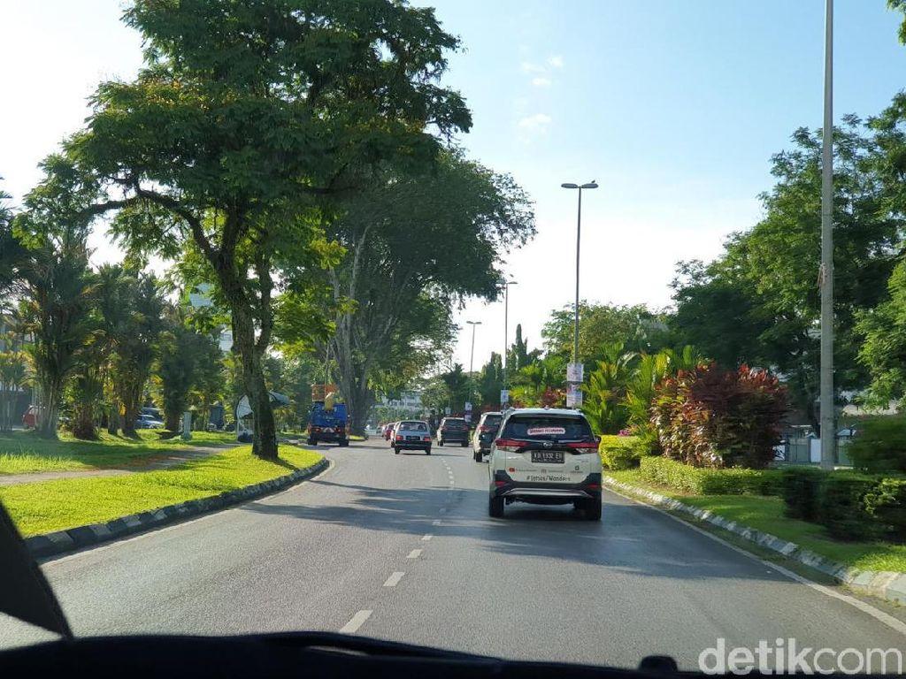 Meski secara umum kondisi lalu lintas di Kuching bisa dikatakan cukup tertib, tetap saja ada banyak kekurangan di kota yang punya ikon hewam kucing ini. Misalnya mobil yang banyak terparkir di tepi jalan umum, bahkan hingga trotoar. Yang kayak gini jangan ditiru ya, detikers! Foto: Luthfi Anshori