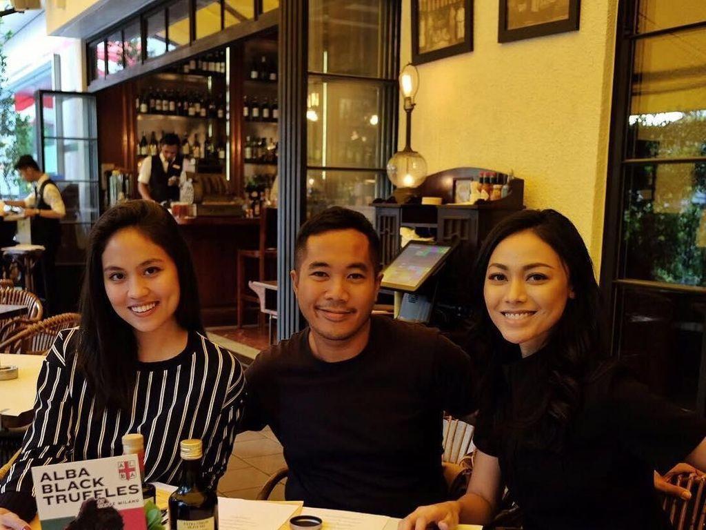 Makan bareng teman juga jadi agenda Whulan lho. Ia tampak menikmati waktu bersama teman-temannya. Foto: Instagram whulandary