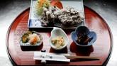 Menu daging paus di restoran P-man. Meski telah keluar dari keanggotaan IWC, Jepang masih menjadi bagian dari Komite Ilmiah dalam kelompok tersebut. (REUTERS/Issei Kato)