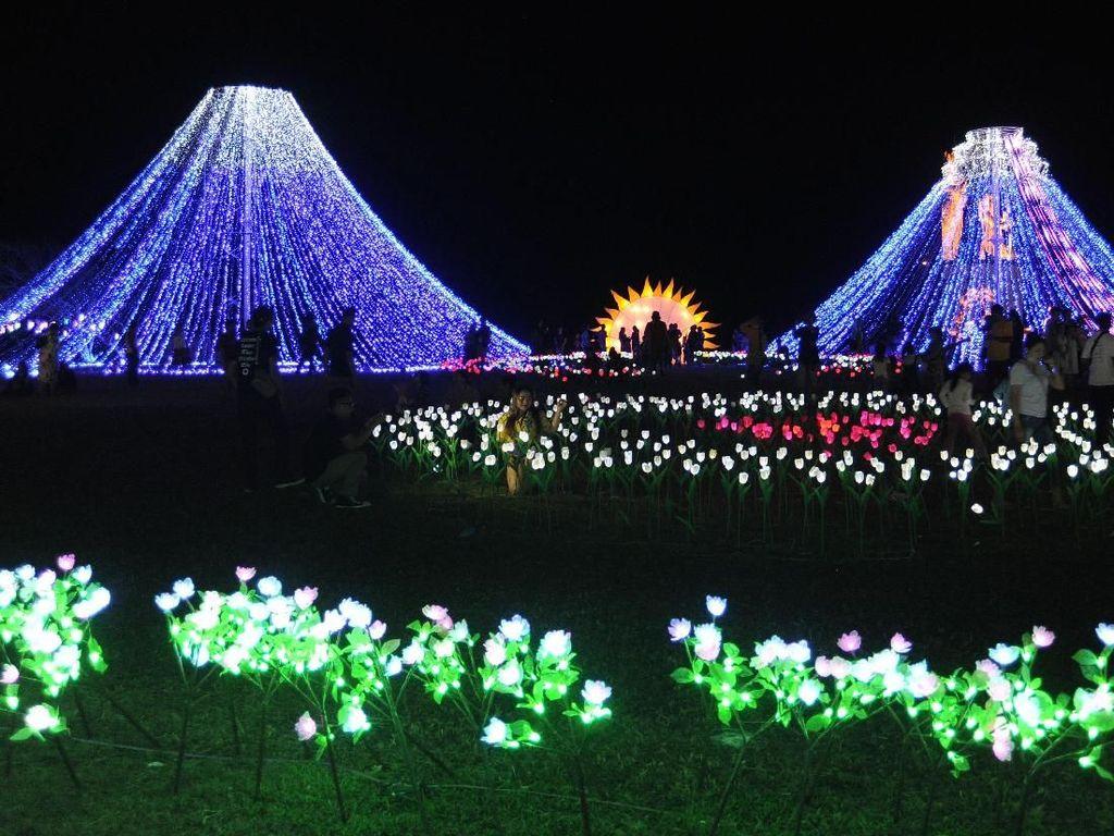 Para pengunjung menikmati keindahan beragam lampu dan lampion di event Nusa Dua Light Festival bertema Mountain View. Istimewa.