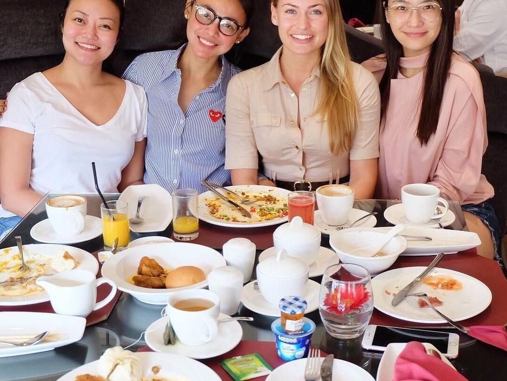 Kalau ini kebahagiaan Whulan saat makan bareng finalis Miss Universe dari China dan Jerman. Kira-kira mereka makan apa saja ya? Foto: Instagram whulandary