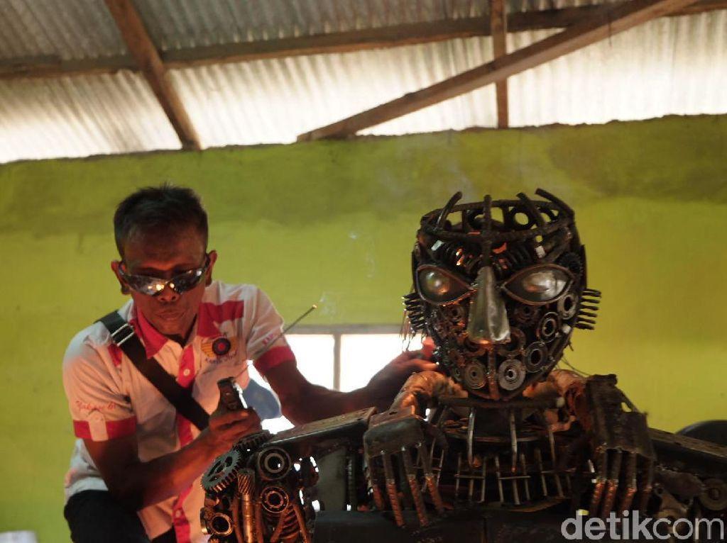 Ia sengaja membuat robot polisi yang sedang menggendong anak kecil. Inspirasinya, kata Sudarto, datang dari aksi Bripka Safeul Senja Putra, anggota Bhabinkamtibmas yang menggendong sejumlah anak kecil untuk membantu menyeberang sungai.