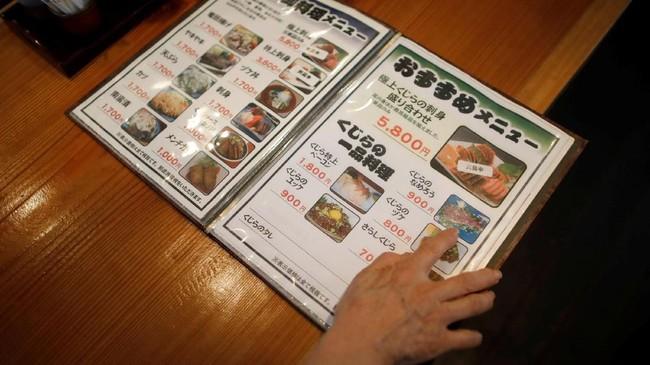 Liberal Democratic Party, partai yang mendukung Perdana Menteri Jepang Shinzo Abe, mengatakan hasil laut memang bahan pokok di Jepang. Jika mereka dilarang menangkap paus, mereka takut bakal dilarang menangkap ikan lain. (REUTERS/Issei Kato)