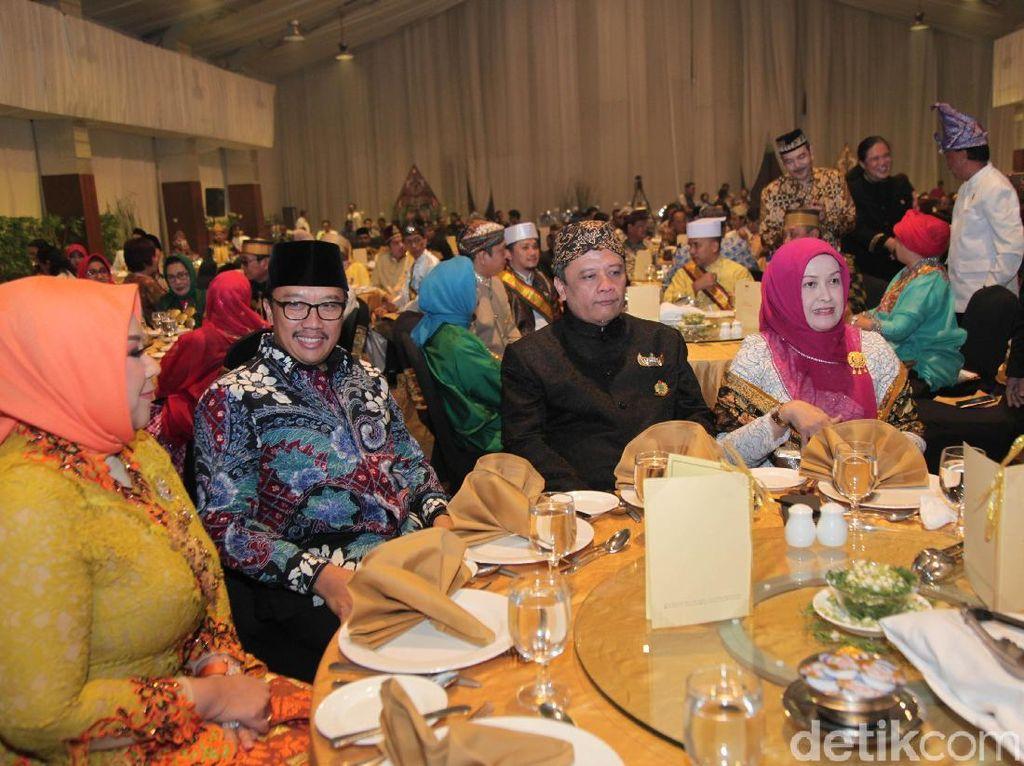 Dalam pertemuan itu tampak juga Menpora Imam Nahrawi, Imam Besar Masjid Istiqlal KH Nasaruddin Umar, dan Kapolda Lampung Irjen Ike Edwin. Mereka duduk berbaur dengan para raja-raja yang berada di tempat pertemuan.