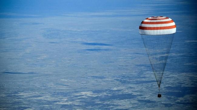 Tiga astronaut yang telah bekerja di ISS kembali ke Bumi menggunakan pesawat ruang angkasa Rusia, Soyuz MS-11, Senin (24/6) (REUTERS/Shamil Zhumatov)