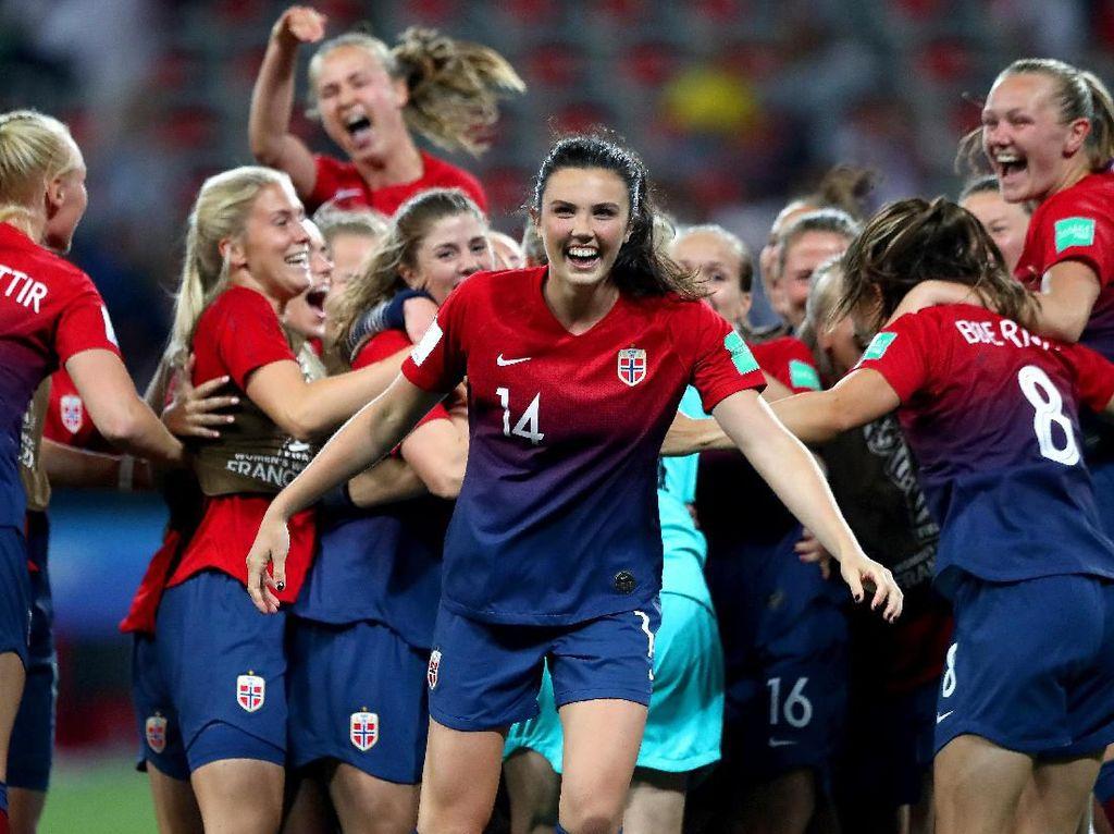 Ini sosok Ingrid Syrstad Engen tampak dari depan. Bersama timnya merayakan keberhasilan mengalahkan Australia lewat adu penalti di 16 besar. (Foto: Martin Rose/Getty Images)
