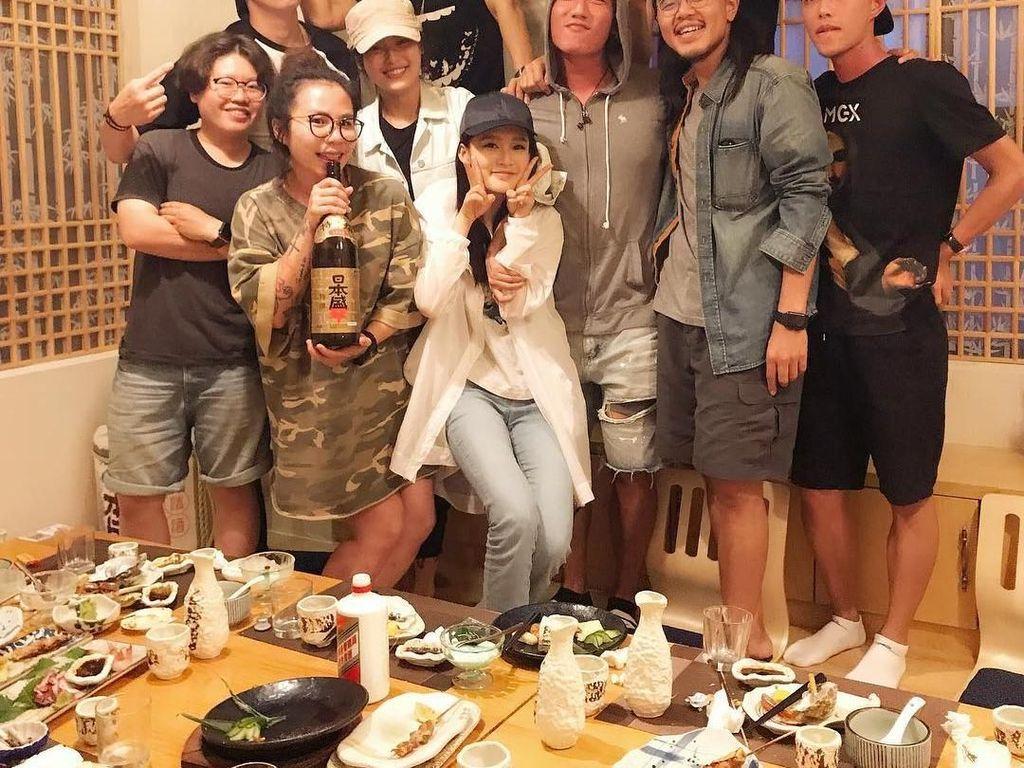 Makan malam dengan hidangan khas Jepang, jadi pilihan Darren saat sedang berkumpul bersama teman-teman dan kerabatnya. Foto: Instagram @taluwang