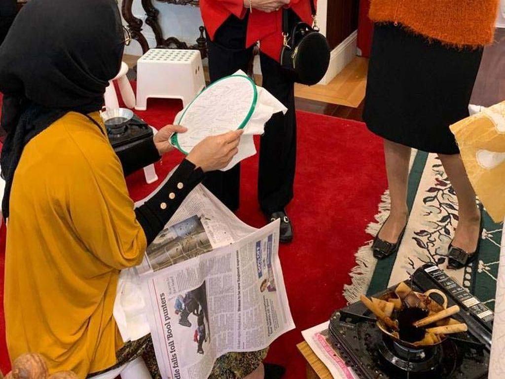 Promosi pariwisata yang rutin diselenggarakan oleh Dharma Wanita Persatuan (DWP) dan KBRI Canberra ini terasa spesial. Para peserta yang terdiri dari para istri diplomat asing, pebisnis perempuan, dan para anggota Women International Club of Canberra (WIC) selain mengikuti program promosi wisata 10 new Bali, terutama Jawa Tengah dan pameran batik, peserta juga dapat langsung mengikuti workshop membatik. Pool/KBRI Canberra.