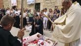Vatikan percaya, bahwa pembersihan atau penyucian jiwa dari dosa asal seperti yang diimani umat Katolik hanya bisa dilakukan pada sakramen pembaptisan. (CESAR MANSO / AFP)