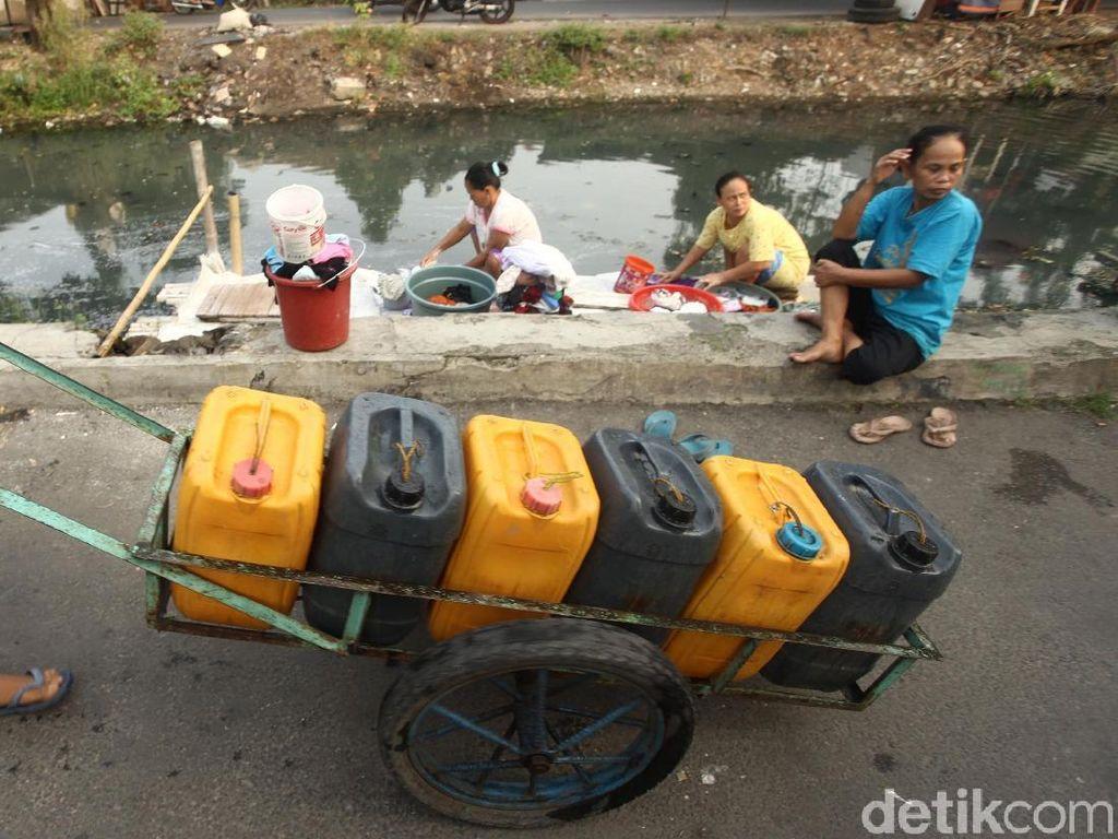 Sulitnya air bersih membuat mereka harus membeli air bersih keliling untuk memenuhi kebutuhan sehari-hari. Mereka pun memilih mencuci pakaian di kali untuk menghemat air bersih.