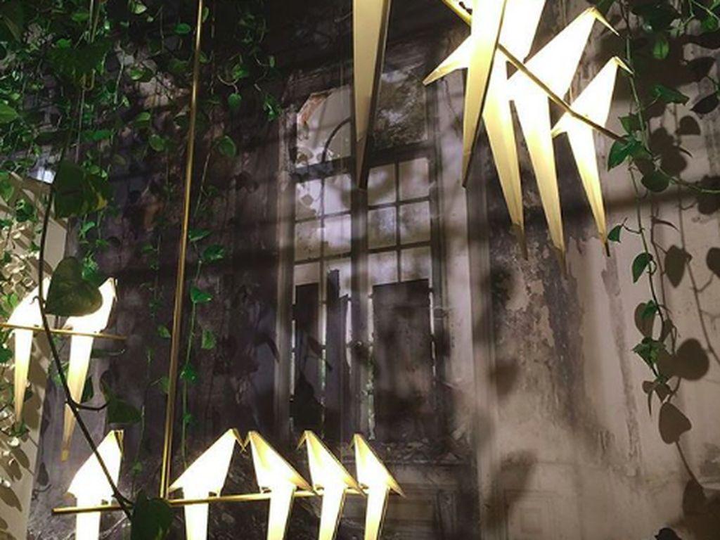 Konsep rumah yang keren nih, lampu dengan bentuk burung yang memberikan kesan alam. (Foto: Brightside)