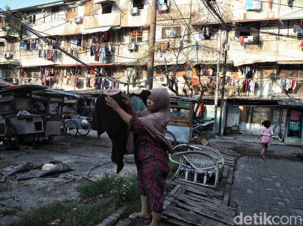 Jelang direlokasi, sejumlah warga masih beraktivitas seperti biasa.