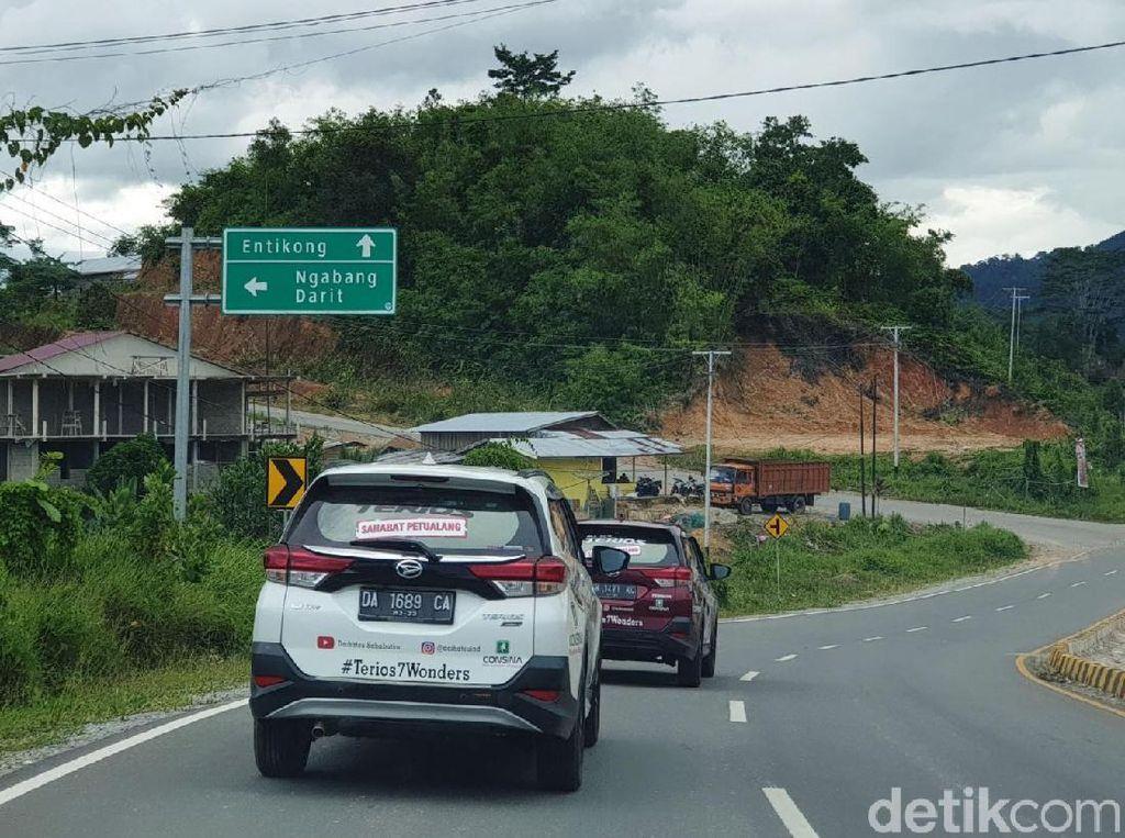 Dari pantauan kami selama menempuh jarak 244 km dari Kota Pontianak menuju Entikong, kondisi jalan secara umum terlihat cukup mulus.