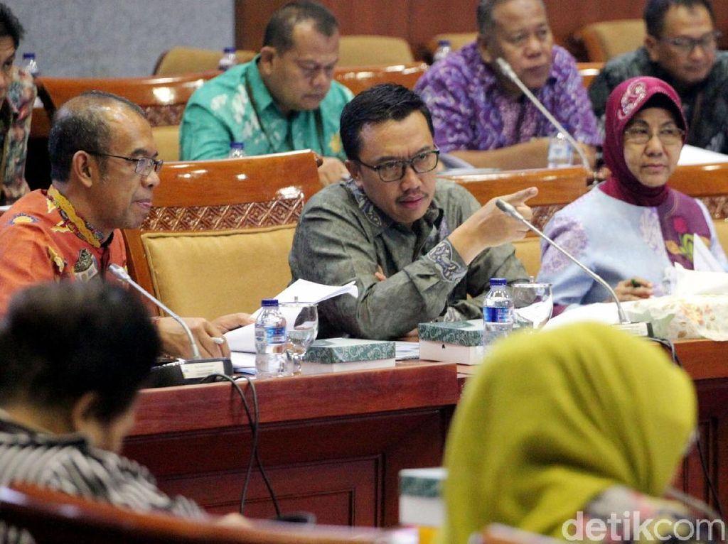 Menpora Imam Nahrawi nampak didampingi Sesmenpora Gatot S Dewa Broto saat mengikuti rapat kerja (raker) bersama Komisi X DPR.