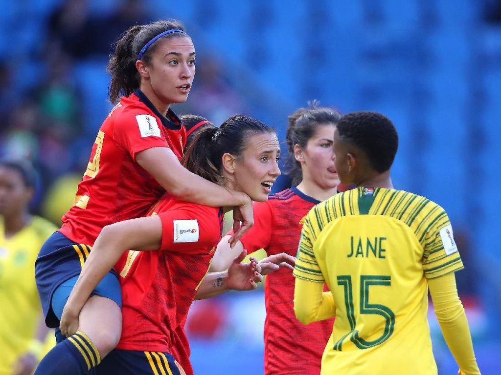 Virginia Torrecilla dan Nahikari Garcia dari Spanyol saat merayakan gol ke gawang Afrika Selatan. (Foto: Alex Grimm/Getty Images)
