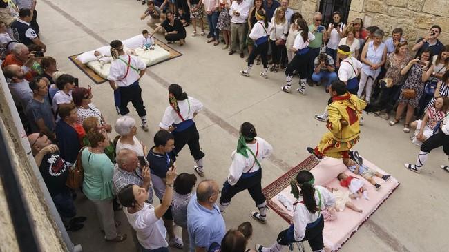 Sejak Abad ke-17, acara El Colacho menjadi hari raya Katolik bagi umat di sana. Masyarakat setempat percaya melompati bayi bisa mengusir iblis dan roh jahat yang mengganggu bayi tersebut. (CESAR MANSO / AFP)