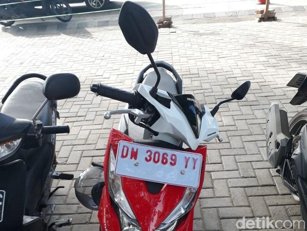 Pelat nomor kendaraaan berwarna putijh ini disapa 'Surat Tanda Coba Kendaraan Bermotor' Foto: Mohammad Luthfi Andika