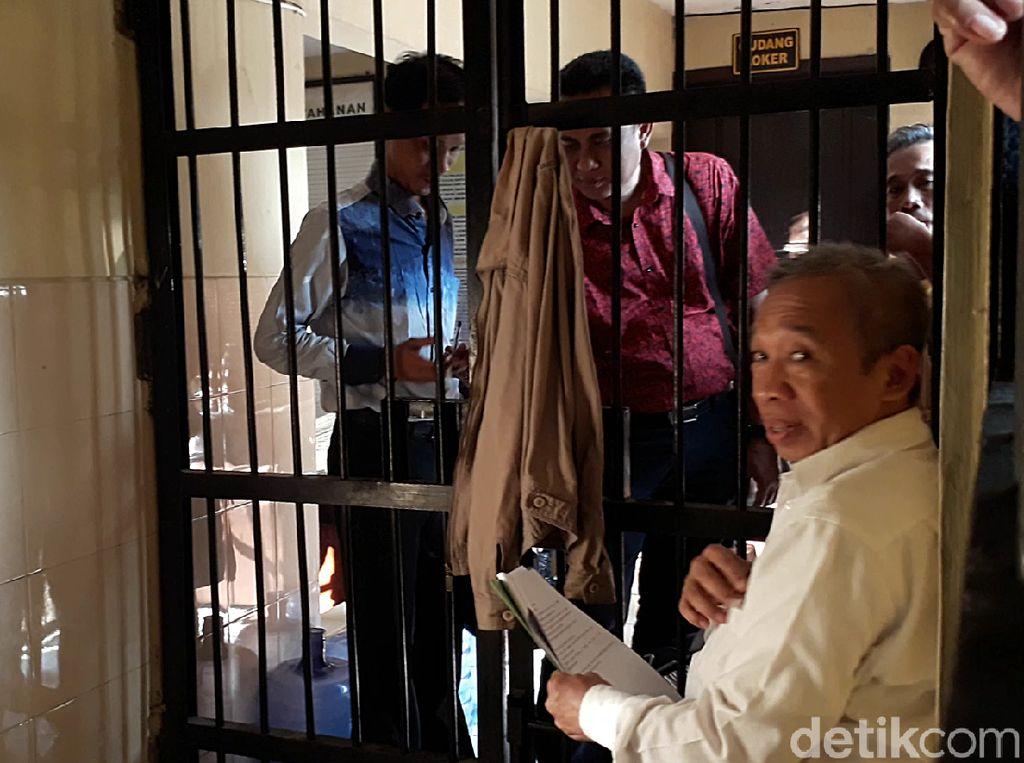 Pemeriksaan atas permintaan pihak pengacara Qomar. Qomar menjalani pemeriksaan oleh tim Dokkes Polres Brebes secara tertutup di ruang Reskrim Polres Brebes.