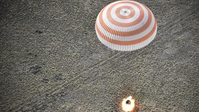 Ketiganya adalahastronautNASA Anne McClain, Komandan Soyuz Oleg Kononenko dari Roscosmos (Rusia), dan Insinyur penerbangan David Saint-Jacques (Kanada)(Alexander Nemenov/Pool via REUTERS TPX IMAGES OF THE DAY)