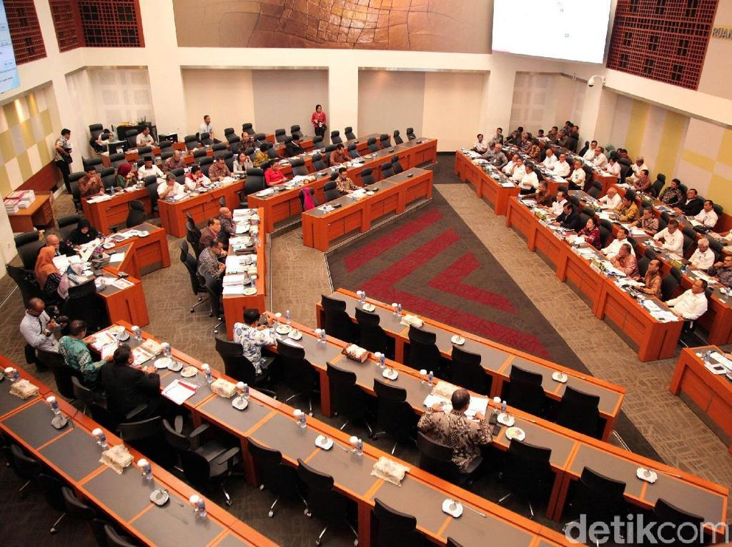 Rapat dibuka oleh Ketua Banggar DPR RI Kahar Muzakir.Rapat dihadiri oleh 23 anggota dari 7 fraksi dan terbuka untuk umum.