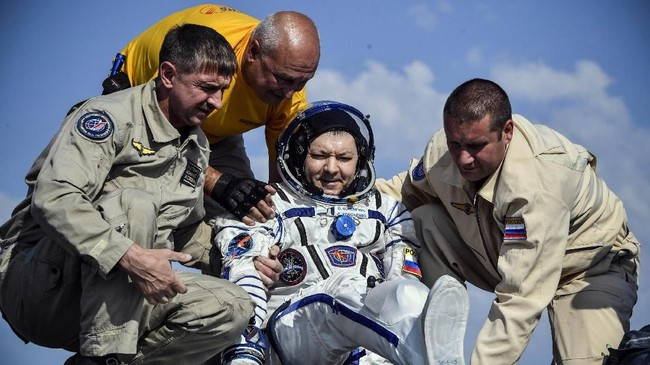 Ketiga astronaut ini segera di boyong ke tenda kesehatan dan akan dipindah menjauh dari tempat pendaratan. (Alexander Nemenov/Pool via REUTERS)