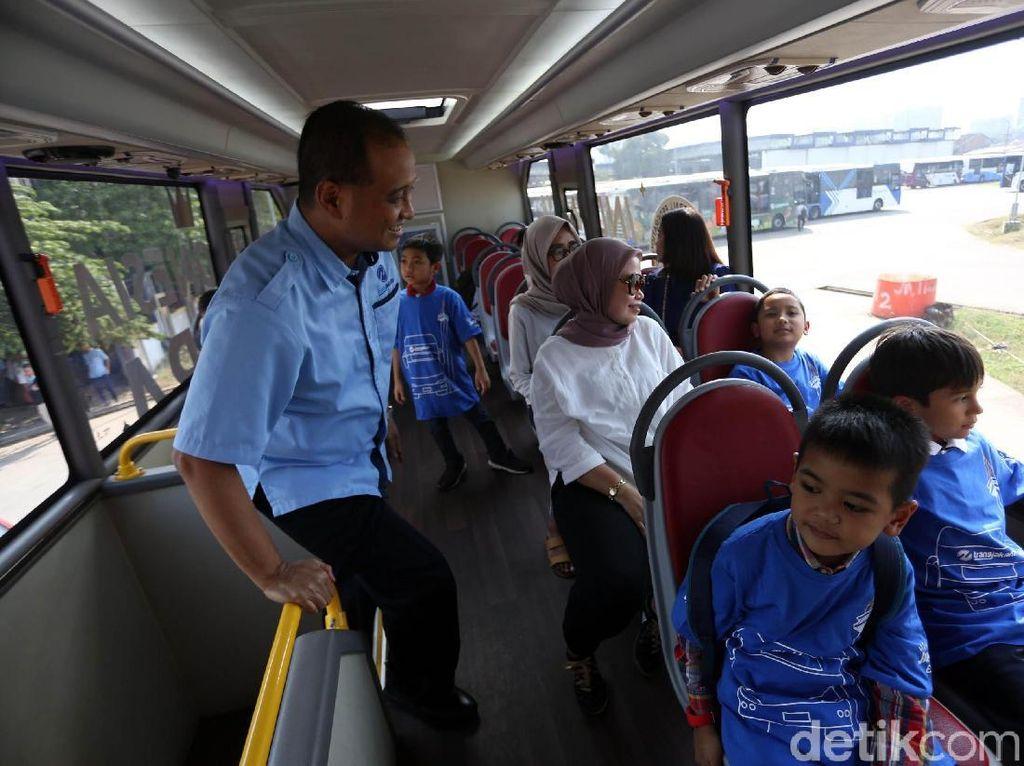 Para siswa menaiki bus TransJakarta dengan didampingi langsung oleh Direktur Utama PT Transportasi Jakarta Agung Wicaksono.