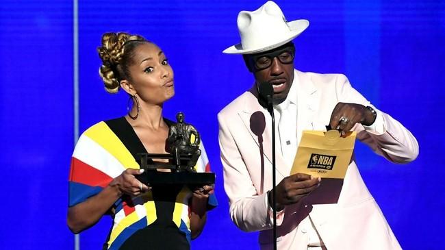 Aktris Amanda Seales dan aktor J. B. Smoove di atas panggung untuk menyerahkan salah satu trofi di NBA Awards 2019. (Kevin Winter/Getty Images for Turner Sports/AFP)